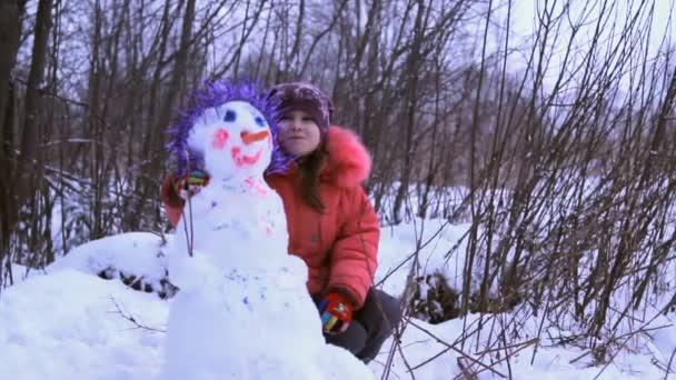 malá holčička s sněhulák