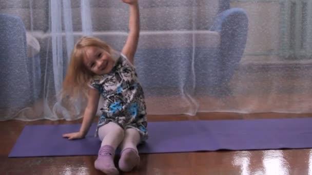 holčička hraje blázen dělá cvičení, jóga, hrát s míčem