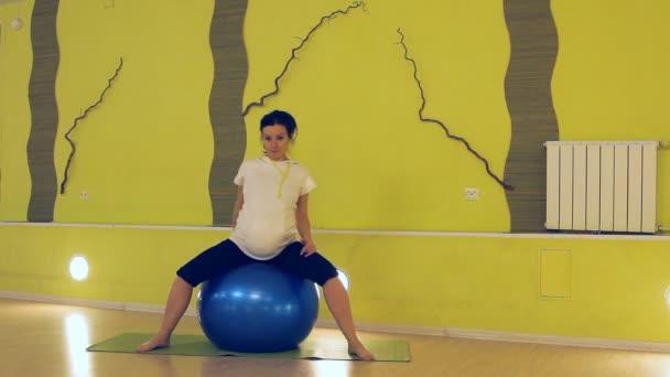 gyakorolja a labdát, jóga kismamáknak
