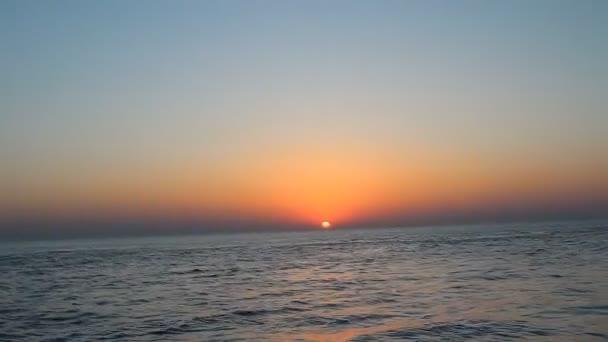 západ slunce s mraky nad mořem