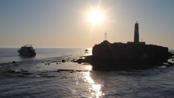 Leuchtturm mit dramatischen Sonnenuntergang