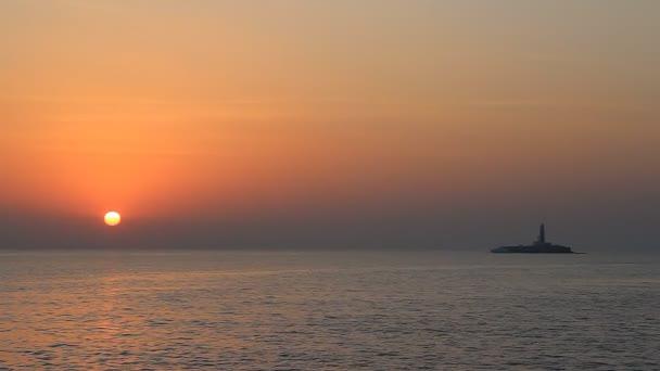 maják při západu slunce