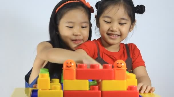 malé asijské děti si hrají s bloky