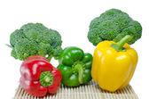 Barevnou paprikou (paprika) a brokolice na bílém pozadí