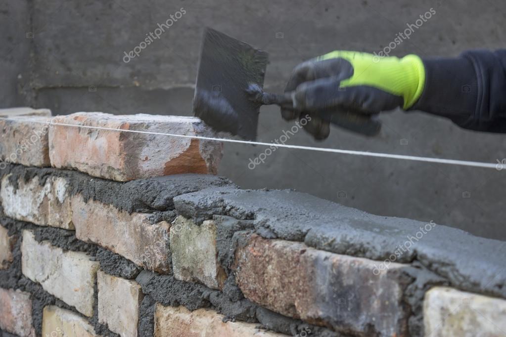 Costruire Un Muro Di Mattoni Diffondendo Un Letto In Muratura Mista