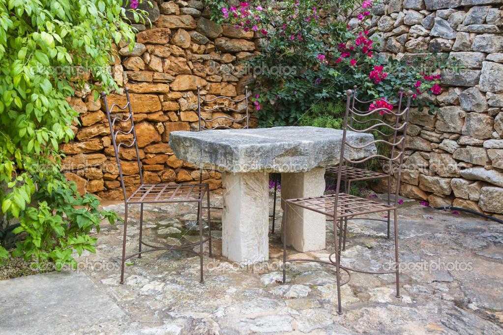 Tavoli Da Giardino In Ferro E Pietra.Tavolo Da Giardino Pietra Foto Stock C Artesiawells 42002885