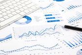 kék grafikon és grafikonos formátumú jelentéseket a irodai asztal