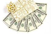 száz dollár számlák, a fehér háttér-ajándék wrap