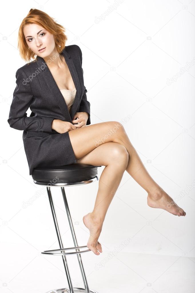 которая на стуле нога за ногу фото какую