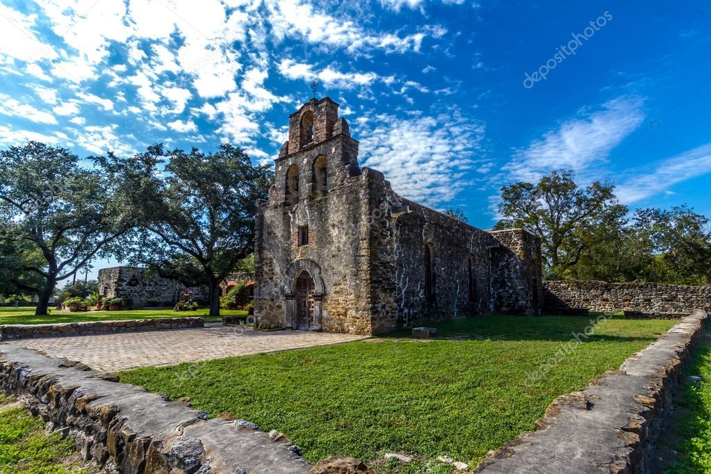el campanario recargado y entrada a la histórica iglesia viejo oeste ...