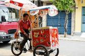 utcai fagylalt szállító várja a vásárlók egy utcában a can tho, vietnam.