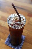 ledové kávy americano na dřevěný stůl