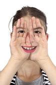 Dívka ukazuje její tvář