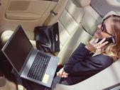 Geschäftsfrau mit Laptop l