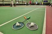 Fotografie badminton - dva opeřené na rakety v badmintonových kurtů