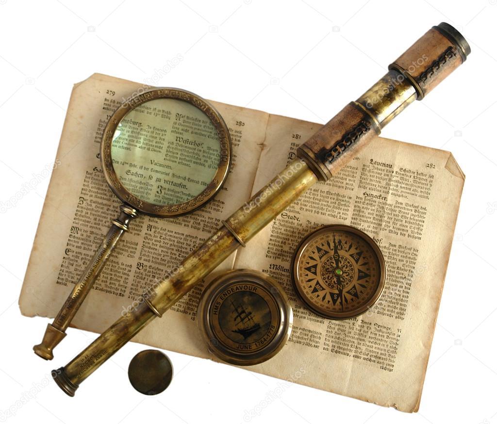 老式望远镜、 放大镜、 指南针和纸 — 图库照片©V_Nikitenko#36841775 Старинный Телескоп