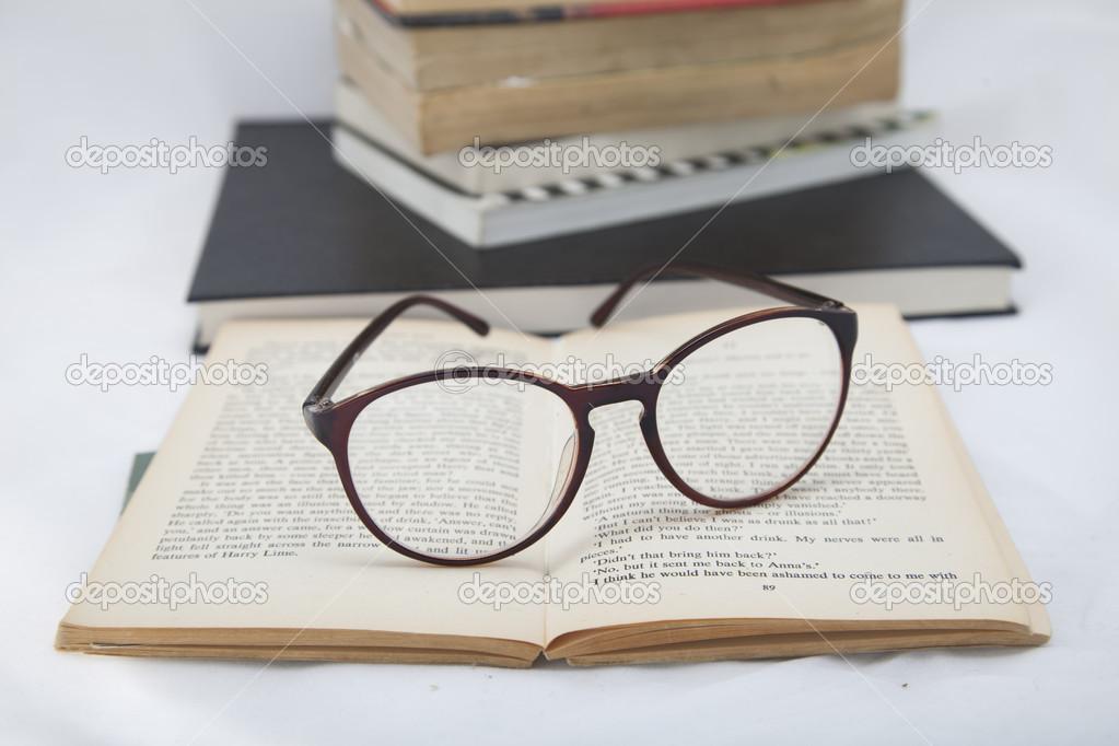 ouvert le livre pos sur l 39 tag re avec un verres photographie doobloop 40037273. Black Bedroom Furniture Sets. Home Design Ideas