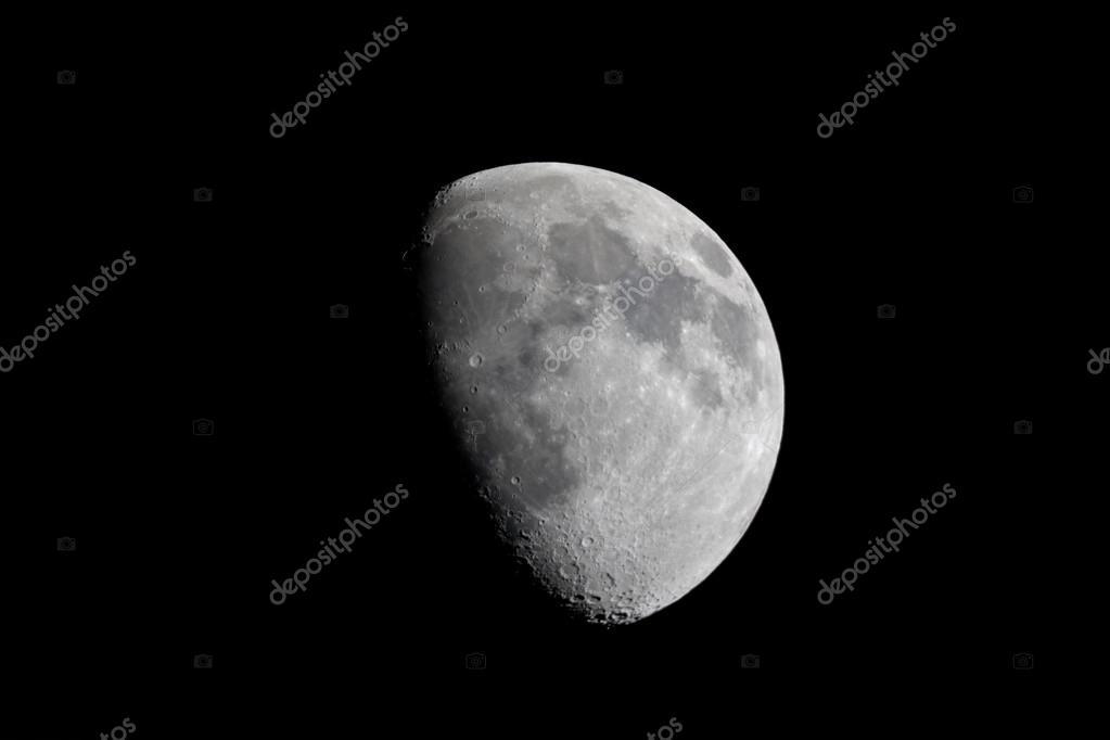 Prawdziwy widok woskowanie garbaty księżyc przez teleskop u2014 zdjęcie