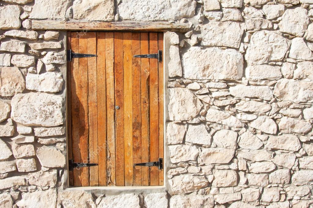Ferm la fen tre en bois et volets en mur de pierre for Ferme la fenetre