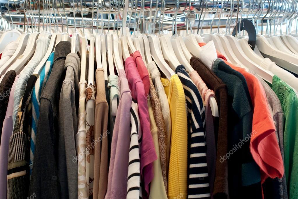 0cfa5a1c714e δεύτερο χέρι ρούχα — Φωτογραφία Αρχείου © JGade #27546359
