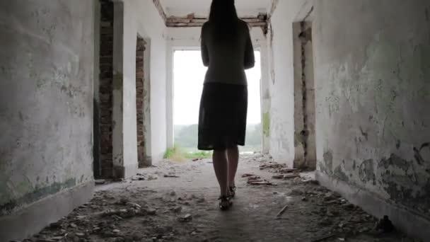 Depresszió nőt Walking fény végén az alagutat