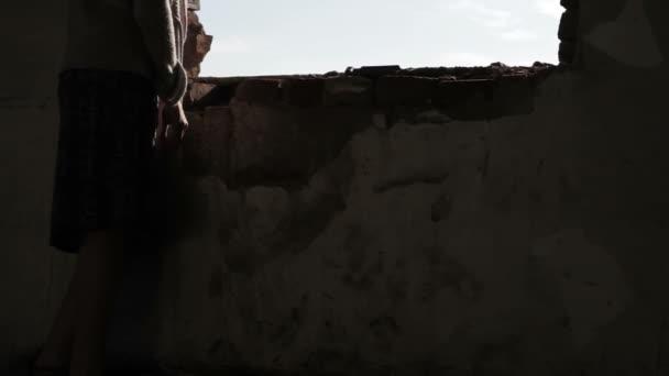 Depresszió a nő néz ki a sötét szoba ablak elnyomás