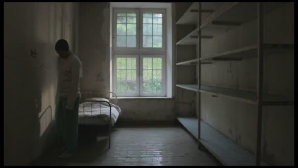 depresszió, férfi gyaloglás üres szobában