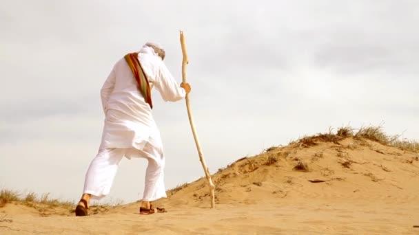 Středního východu muž v poušti