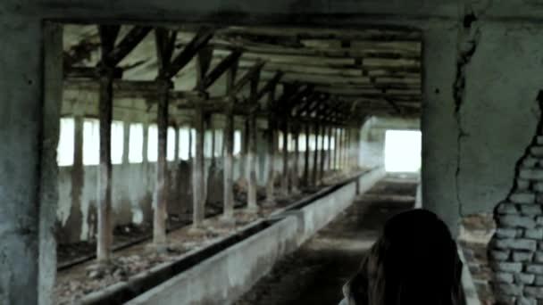 Lány ül a romok pszichológiai, mentális betegség megkínozták