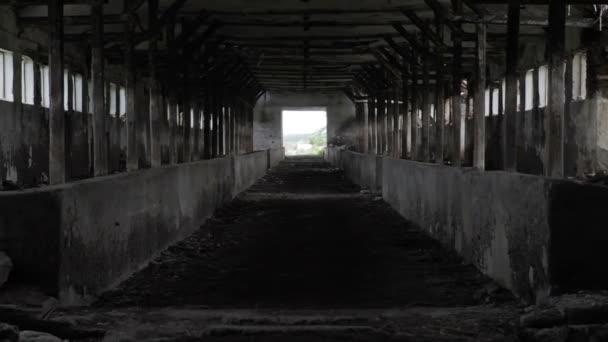 Licht am Ende des Tunnels aufgegeben Gebäudes hoffe Konzept