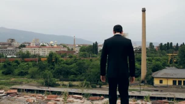 Gyaloglás felé a tető szélén öngyilkosság koncepció Hd üzletember