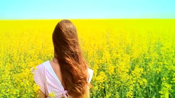 attraktive junge Frau, die Haare in Zeitlupe gelb abgelegt verschieben