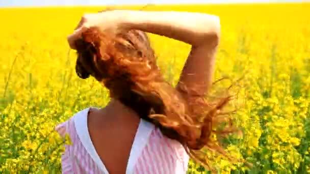 krásná mladá žena stojící žluté pole hladil vlasy pomalu