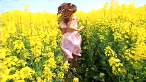 mladá žena v vinobraní šaty spuštěním poli dotýká květiny hd