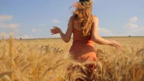 mladá krásná žena běží pšeničné pole svobody přírody koncept