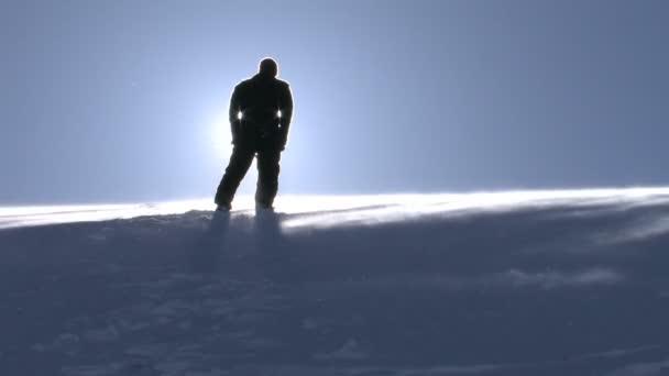 mladý muž v uctívání pozice na Krkonošské zimní