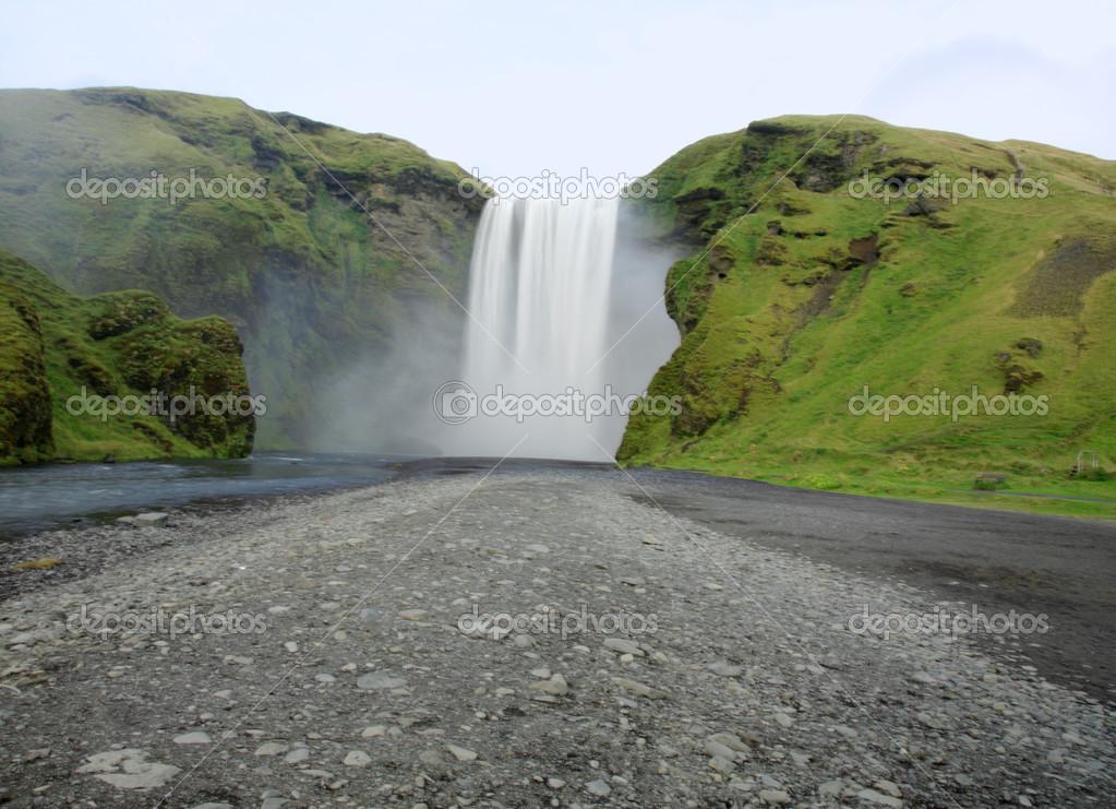Фотообои View to Skogafoss waterfall
