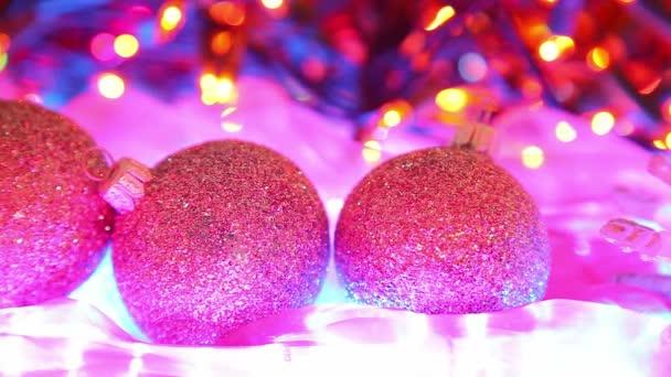 krásné vánoční pozadí, míče a rozostřeného barevná světla