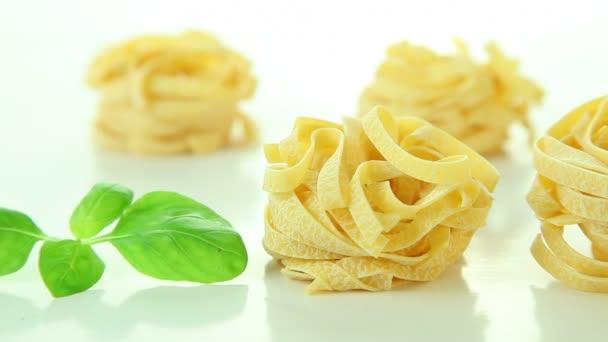 olasz tagliatelle tészta, bazsalikomos, fehér háttér