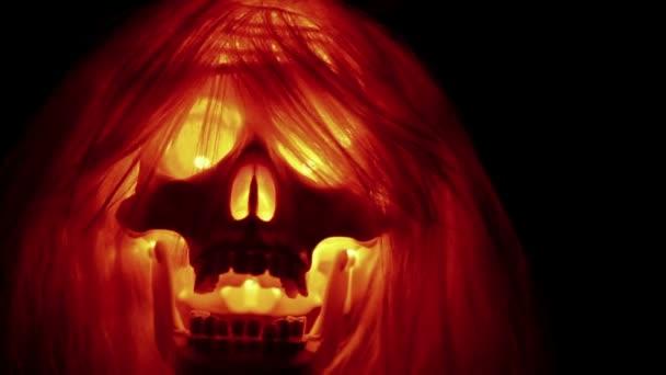 strašidelné lebka s vlasy na černém pozadí, pozadí halloween