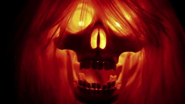 Halloween lebka s vlasy na černém pozadí