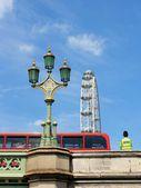 symboly Londýn, london eye, červený autobus, policista a westminster bridge