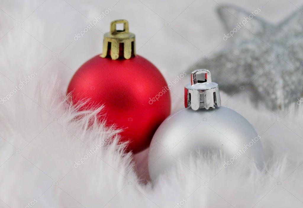 Kerstdecoraties Met Rood : Rood zilver kerstdecoratie met nep sneeuw u2014 stockfoto © cheekylorns2