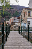 Dřevěné a kovové most pro pěší v Floriny, oblíbenou zimní destinaci v severním Řecku, zatažený den