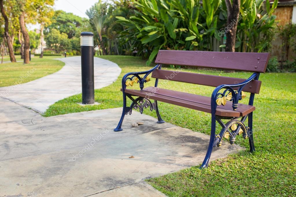Holzstühle Im Garten Stockfoto Myrainjom01 40600389