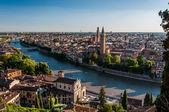 Fotografia vista della città di verona sul fiume adige