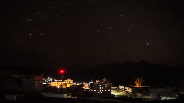 Hvězdné nebe nad horská vesnice v Himalájích