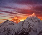 Mount everest (8848 m) při západu slunce