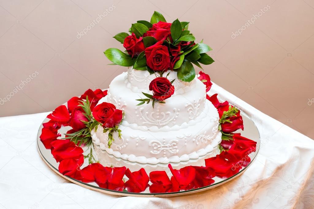 Hochzeitstorte Mit Roten Rosen Stockfoto C Format35 28870111