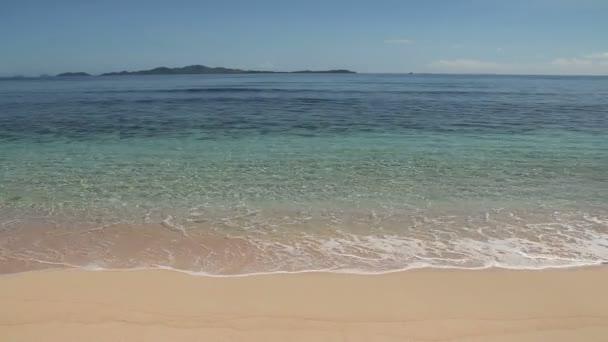 malé vlny na písečné pláži